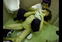 【ゲリラ】便所でヤバい行為☆お姉さんが清掃員2人の餌食に…フェラとセックスでW射精を浴びる☆☆