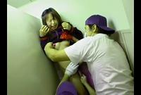 【ゲリラ】便所でヤバい行為☆女子校生が清掃員2人に弄ばれる!鼻水も愛液も出まくっちゃって…強要フェラ☆☆