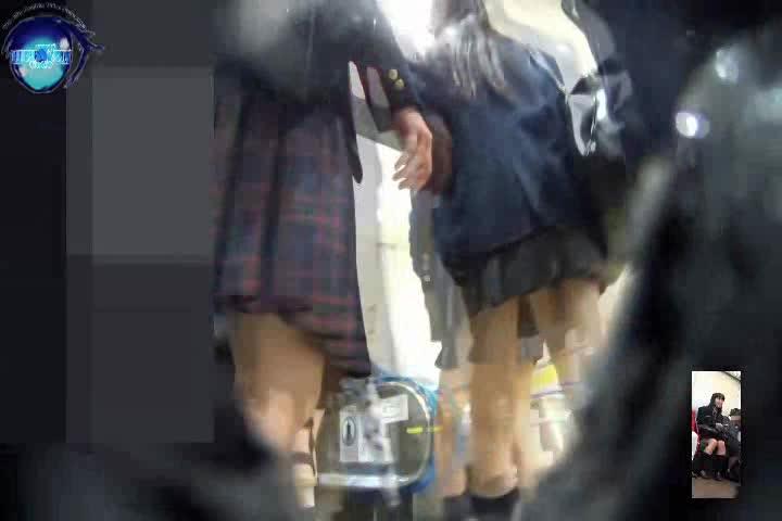 顔撮りあり!駅で見かけた超ミニスカートの制服JKの純白パンツをパンチラ逆さ撮り盗撮