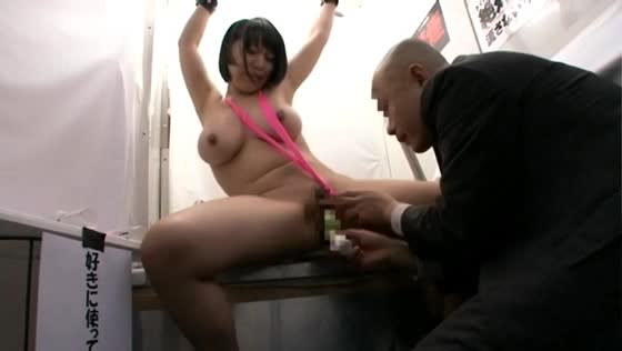 「好きに使って」と貼り紙に書かれたトイレに全裸拘束された巨乳娘、身体を弄られる度に矯声を発して凌辱され続ける